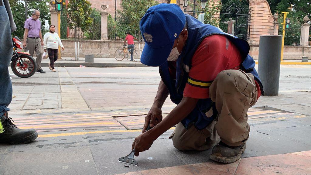 Servicios Básicos retira chicles dentro del primer cuadro de la ciudad