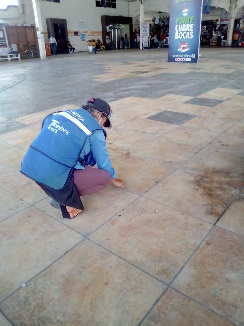 Realizan mantenimiento a explanada del mercado Victoria