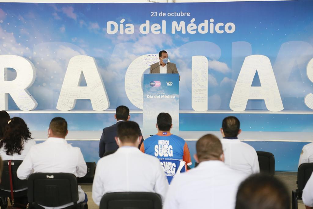 Reconocen a profesionales de la salud en el Día del Médico
