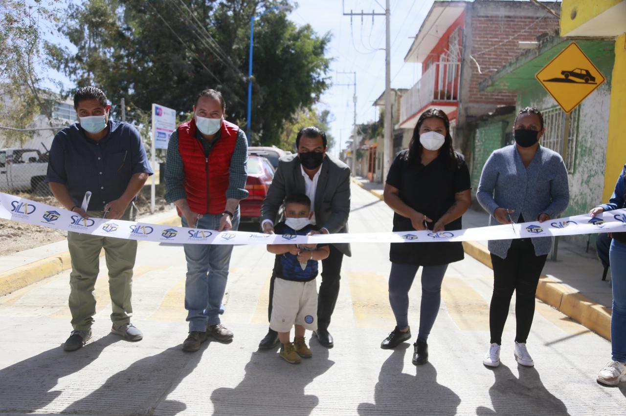 Entrega alcalde pavimentación de la calle Cristóbal Colón en la Santiago Apóstol