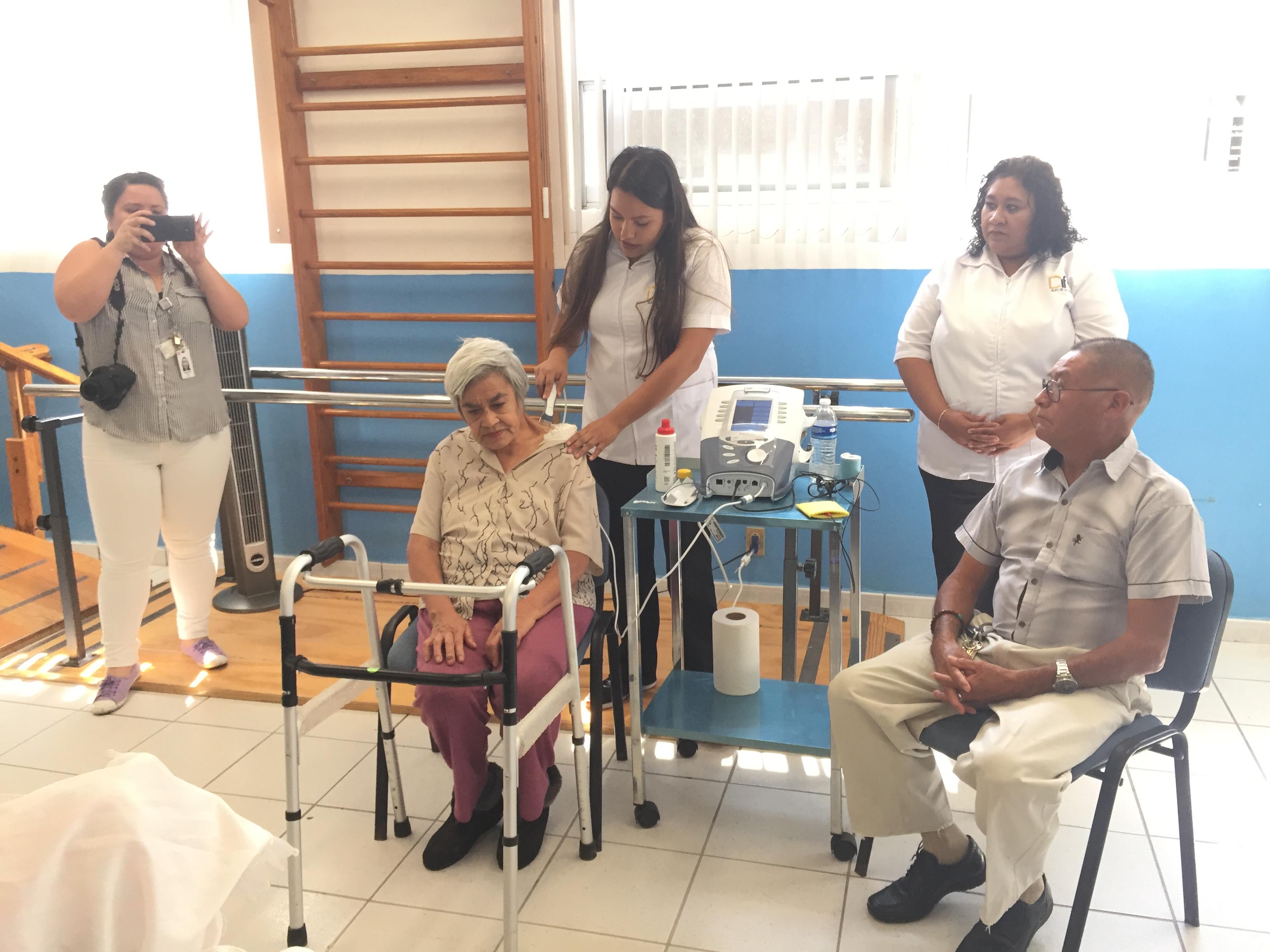 Donan a DIF Silao Combo Monocromático, realiza electroterapias