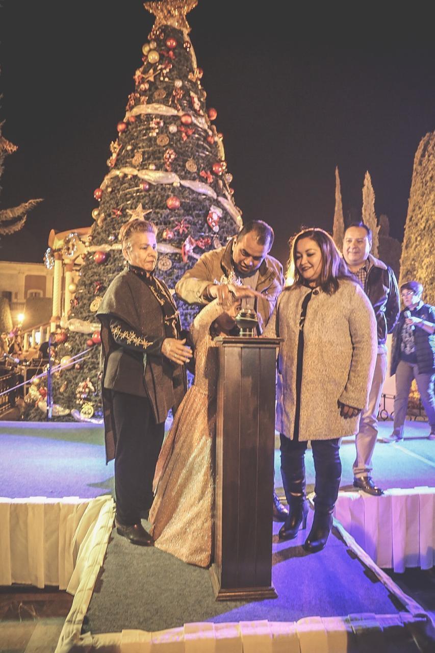 Miles de familias asisten al espectacular encendido de luces del árbol navideño